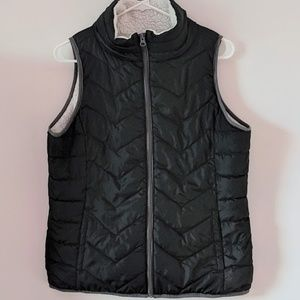 Junior's SO black zip up vest, size L